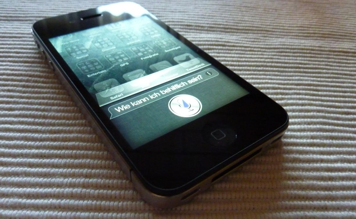 4s Apple Devs & Geeks hack iphone mod siri
