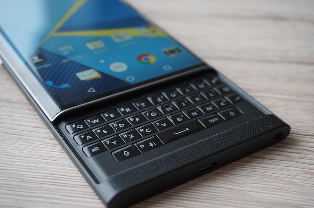 blackberry android smartphone mit tastatur auf bildern. Black Bedroom Furniture Sets. Home Design Ideas