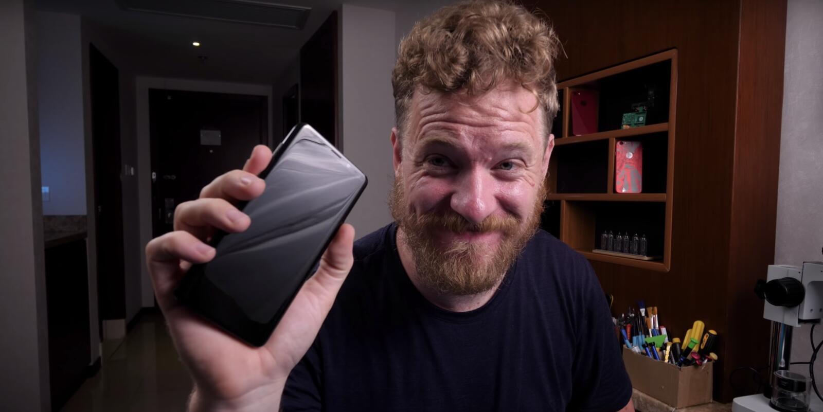Scotty Allen baut ein Samsung Galaxy S9+ aus Altgeräten zusammen